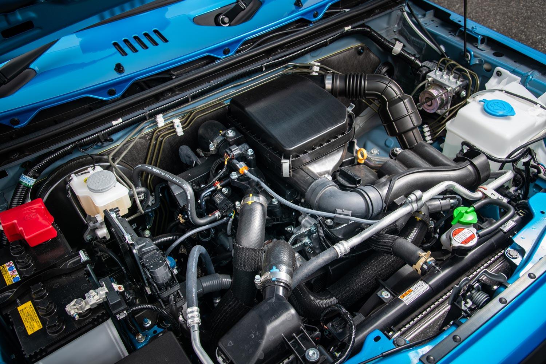 「ジムニー」のエンジンについては、従来モデルのK6A型からロングストロークのR06A型に変更。ピークトルクはダウンしたものの、低回転域から太いトルクを発生させる特性により、オフロードでの扱いやすさが向上している。