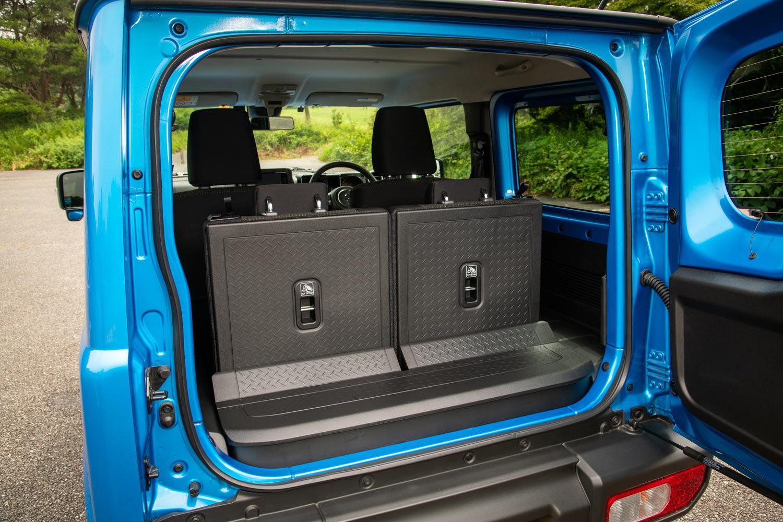 荷室については積載性の向上はもちろん、床下収納を設けたり、左右両サイドにユーティリティーナットを設定したり、後席用シートベルトを脱着式としたりするなどして、使い勝手を改善している。