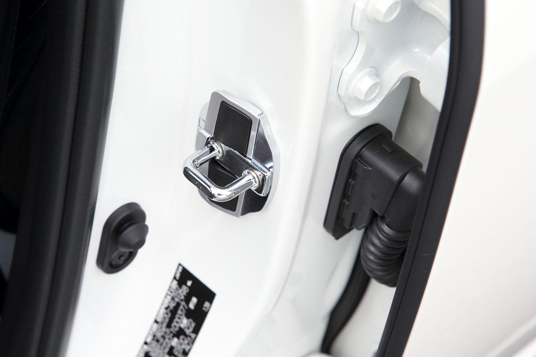 「ドアスタビライザー」はドアとボディーの間に生じるわずかな隙間を埋めることで、ボディー剛性を向上させるパーツ。より一体感のあるリニアなハンドリングを実現する。