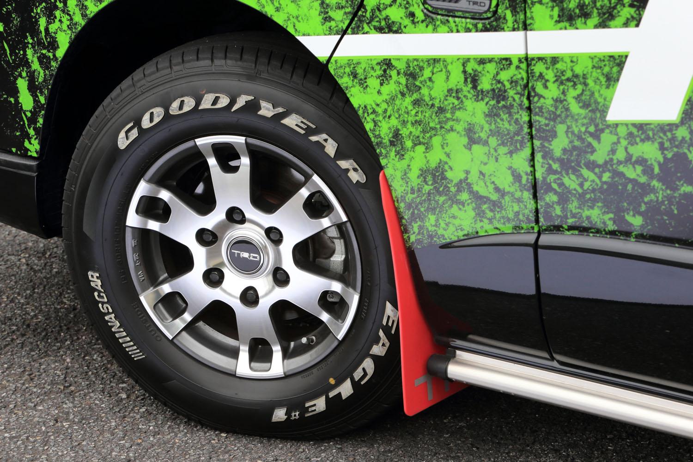 足元は6本スポークが特徴的な15インチアルミホイール「TF7A」とホワイトレターが目を引くグッドイヤーのタイヤでドレスアップ。