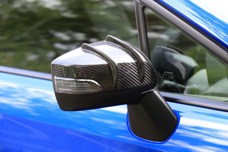 「タイプRA-R」に標準装着されるドライカーボン製エアロドアミラーカバー。整流フィンの効果で、フロントリフトを4%低減させている。