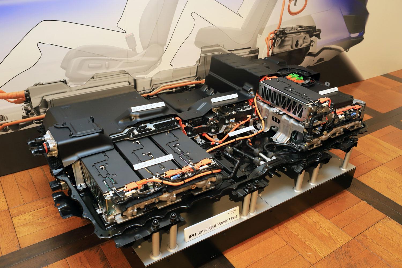 フロア下からリアシート後方にかけて搭載されるIPU。バッテリーやDC-DCコンバーター、バッテリー制御用ECUをセットにしたもので、高エネルギー化と省スペース化を両立するため、冷却機構には下部のウオータージャケットで各部を冷却する底面水冷方式を採用している。