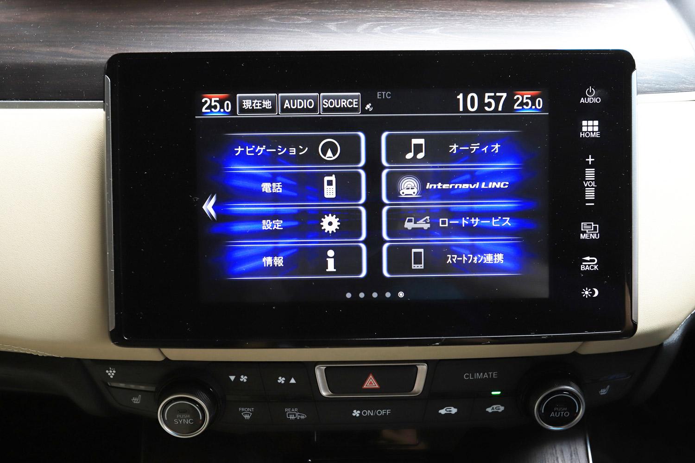 ダッシュボード中央に据えられた8インチディスプレイ。「クラリティPHEV」には、NCS(日本充電サービス)の充電設備の情報を備えた、ホンダの純正ナビゲーションシステム「Hondaインターナビ」が標準装備される。