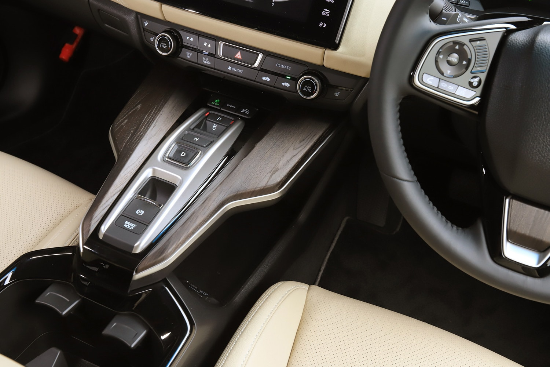 運転に関わる機能が集約されたセンターコンソール。シフトセレクターは「レジェンド」などと同じスイッチ式で、コンソールの前端に走行モードを切り替える「ECON」「SPORT」「HV」の3つのスイッチが備わる。