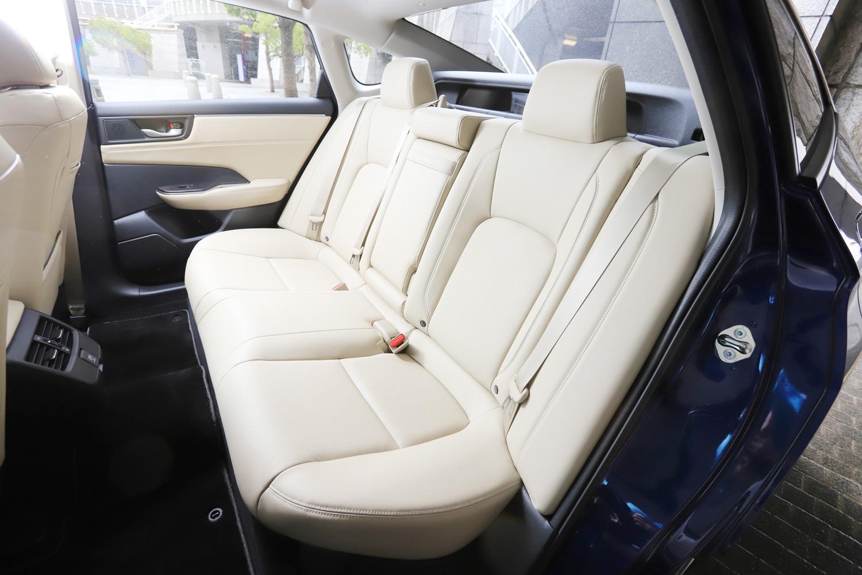 後席まわりは、厚さを抑えたIPUがかなえた低くフラットなフロア形状が特徴。左右席のヘッドレストの間には、後方の視認性を高めるためのサブウィンドウが備わる。