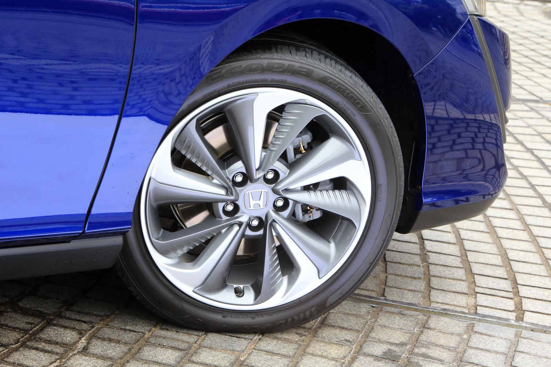 タイヤサイズは235/45R18。ブレーキの冷却性アップや空力性能の向上、軽量化などを考慮し、18インチアルミホイールには樹脂製のキャップが装着されている。