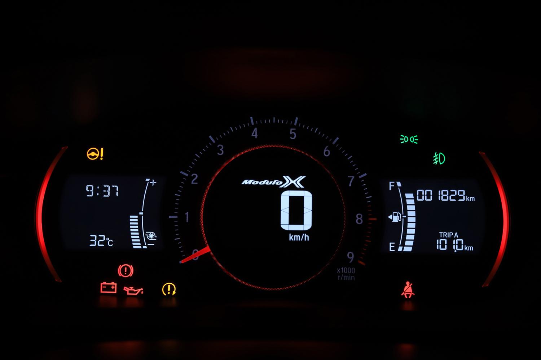 「Moduro X」のロゴが入ったメーターパネル。ボタン操作で、画面の色調を白から赤(写真)に変えることができる。