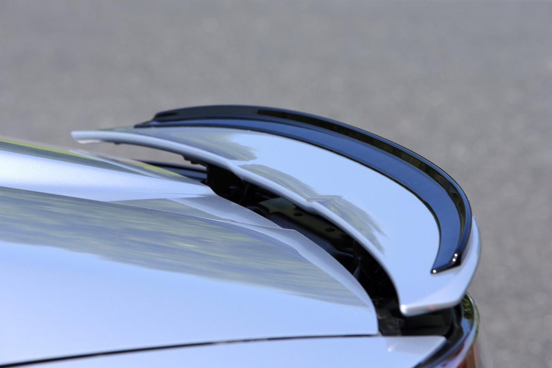 電動式のリアスポイラーには、リアのスタビリティーを一段と向上させるガーニーフラップが添えられる。