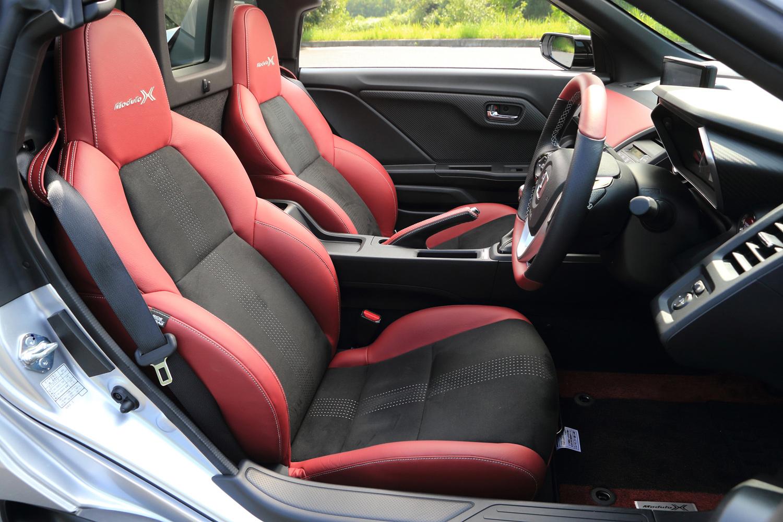 本革とラックススエードで仕立てられた専用スポーツシート。ヘッドレストには「Modulo X」ロゴが添えられる。
