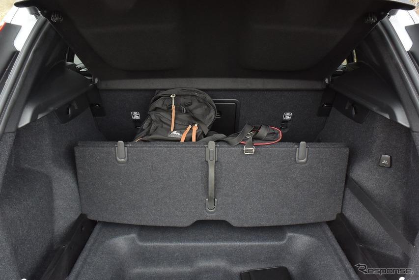 ラゲッジスペースの床ボードを畳むと仕切りができ、荷物が跳ね回りにくいよう積むことができる。