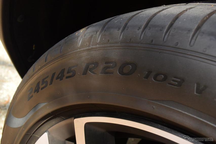 装着タイヤはピレリ「P ZERO」。20インチ径なのでタイヤ交換は結構高くつくかもしれない。