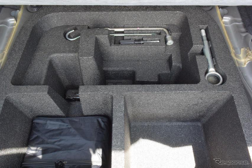 ラゲッジルームのアンダートレイに整然と並べられた工具。緊急事態のときに重宝しそうであった。