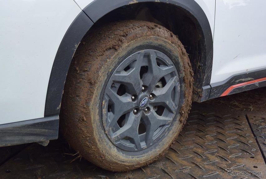 泥だらけになったタイヤ。