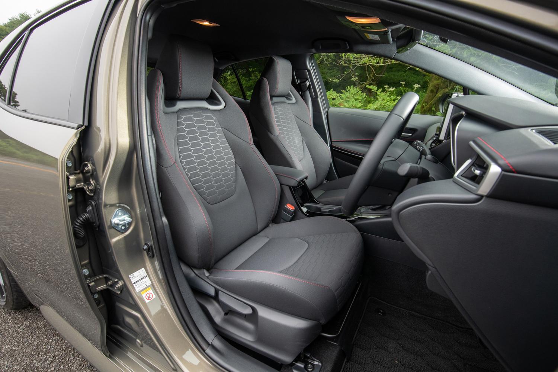 """スポーティーな意匠のヘッドレスト一体型スポーツシートは、「G""""Z""""」と「ハイブリッドG""""Z""""」に標準装備。オプションで本革シートも用意される。"""