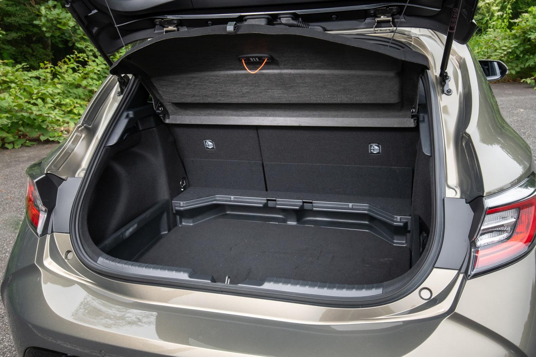 荷室容量は352リッター。床面の高さを2段階に調整できるデッキボードに加え、オプションで荷室を3分割にできる「4:2:4分割アジャスタブルデッキボード」も用意される。