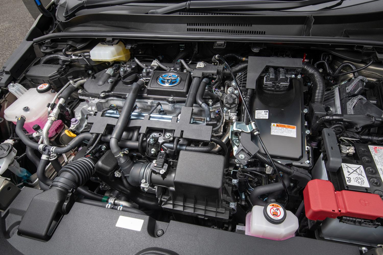 パワープラントは現行型「プリウス」から導入が進められている、1.8リッター直4エンジンに大幅改良を受けたハイブリッドシステム「THS II」の組み合わせ。燃費はWLTCモードで25.6km/リッターとなっている。