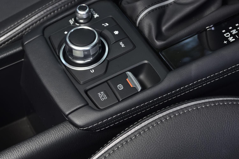 パーキングブレーキは、コンベンショナルなレバー式から電動スイッチ式に。これに伴い、センターコンソールの形状は大きく変わった。