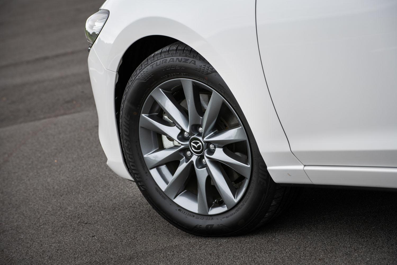 「XDプロアクティブ」のAT車には225/55R17サイズのタイヤが標準装備される。ちなみに同じグレードでもMT車には225/45R19タイヤが標準となっており、そのためか価格はMT車のほうが5万円高い。