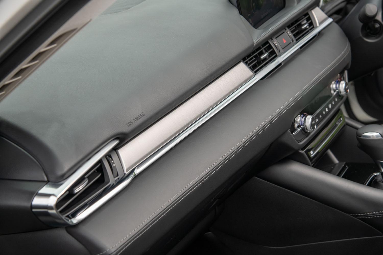 助手席側のエアコン吹き出し口の間は、ヘアライン加工が施されたアルミ調パネルで飾られている。