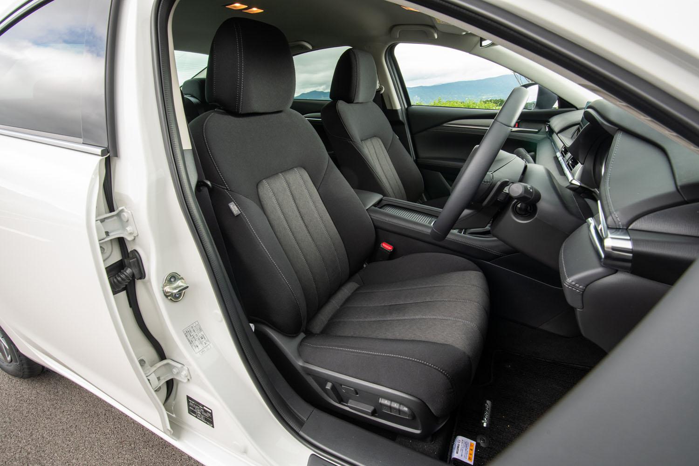「XDプロアクティブ」には、グレーの濃淡でツートンカラーとした、布製表皮のシートが標準装備となる。
