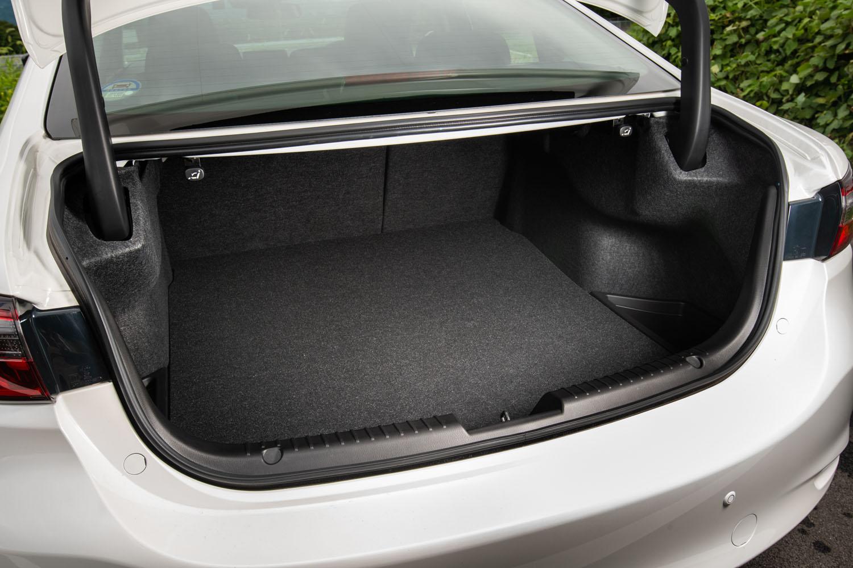 トランクルームの容量は474リッター。トランク側にもリアシートを倒すボタンが備わっており、長尺物を積む際に役立つ。