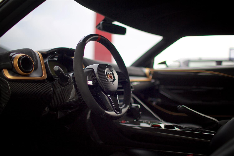 各所に用いられたゴールドのアクセントが目を引くインテリア。「日産GT-R50 by Italdesign」の生産台数は50台以下、価格はおおむね90万ユーロ(約1億2000万円)からと想定されている。