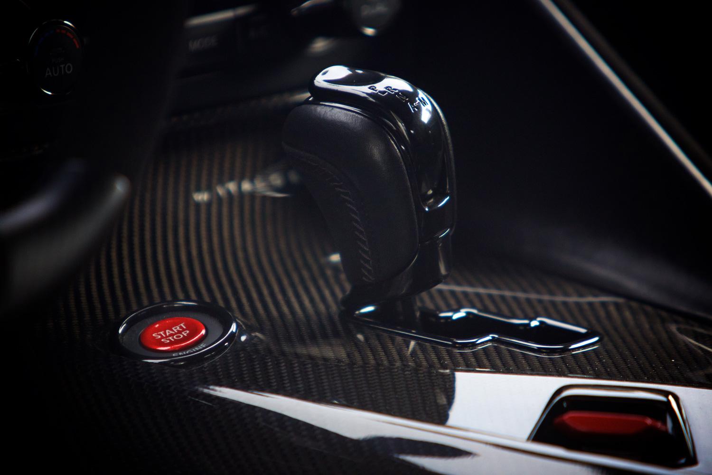 センターコンソールに備わる6段デュアルクラッチ式ATのシフトセレクター。動力性能の向上に伴い、トランスミッションやデファレンシャル、ドライブシャフトなど、ドライブトレインも強化されている。