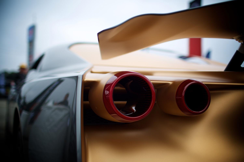 """""""スカイライン時代""""から受け継がれる丸型のテールランプには、中央部を空洞としたデザインを採用。可変式のリアウイングも、このクルマの大きな特徴となっている。"""