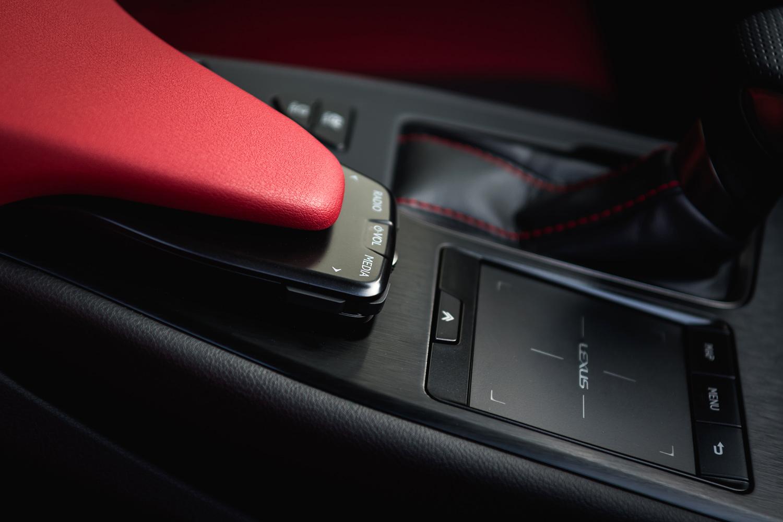 直感的に操作できるよう、駆動系機能やリモートタッチなどを手元に配置。遠隔オーディオスイッチはパームレスト下部に収められている。