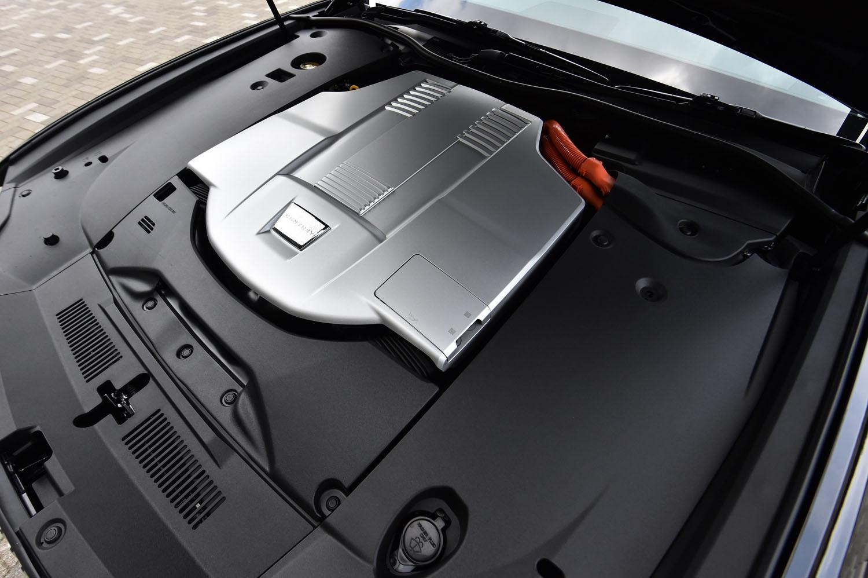 パワーユニットは、先代「レクサスLS600h」のハイブリッドシステムを「センチュリー」用に手直ししたもの。システム全体で最高出力431psを発生する。