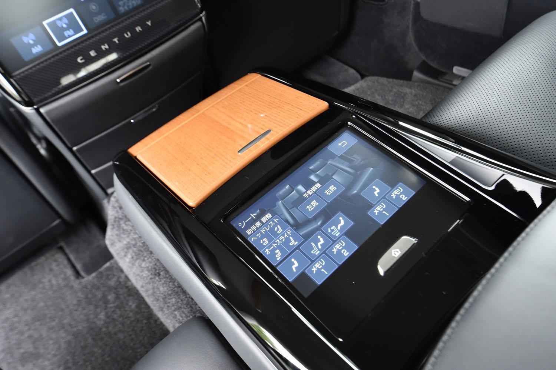後席中央席の背もたれは、同左右席用のアームレストを兼ねている。タッチパネル式のシートポジション調節スイッチもここに並ぶ。