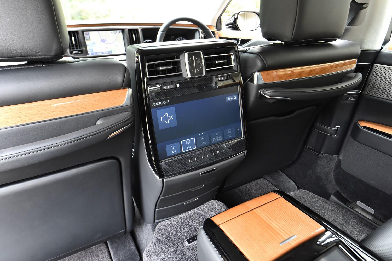 運転席と助手席の間には、後席用のエンターテインメントシステムがレイアウトされている。モニターのサイズは11.6インチ。