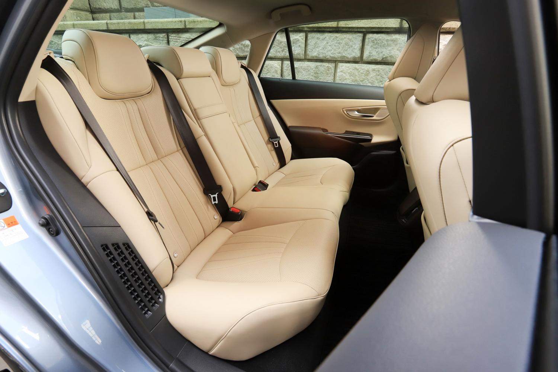 後席では、フロントシート下の足入れスペースを拡大。日本人の体形に合わせた座面形状のシートを採用し、長時間着座時の疲労低減を図っている。