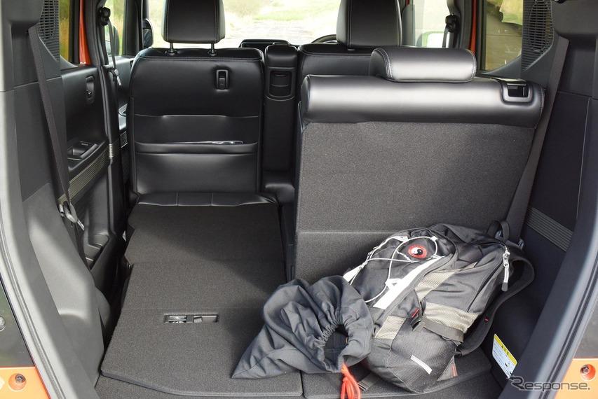 後席片側をフラットにしてみた。結構な長尺物も入りそうだったが、助手席の足元はタイトになる。
