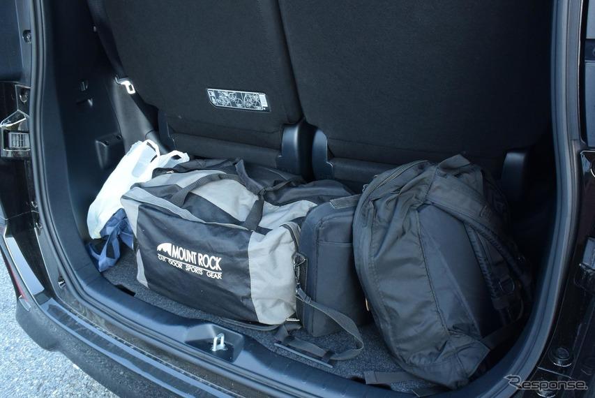 ボストンバッグとリュックを搭載。狭いようだがこれでも2リットル級5ナンバーミニバンとしては広いほうだ。