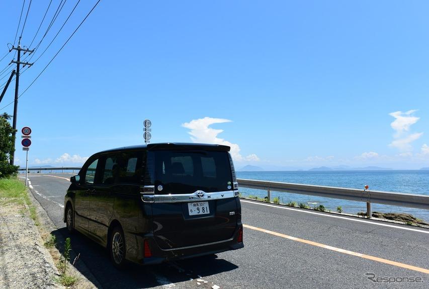 ヴォクシーハイブリッドZS。岡山・笹岡の海岸線にて。