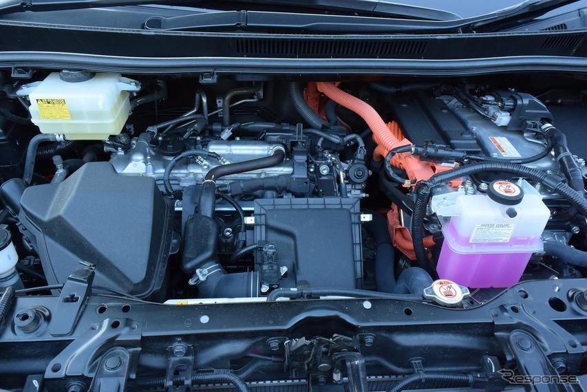 ヴォクシーハイブリッドZSのエンジンルーム。2.5リットル級になればもっとゆとりがあるのだろうが、自動車税のことを考えると非現実的か。