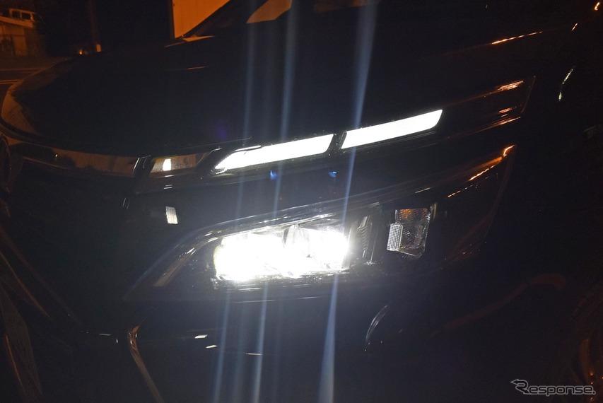 ハイ/ロービーム自動切換え式のヘッドランプ。LED照射で視認性は良い。