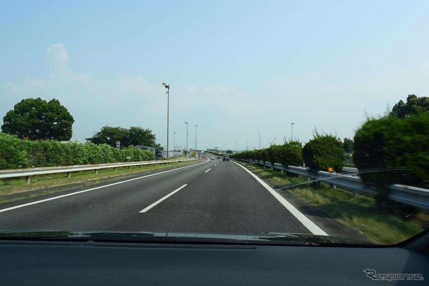 九州自動車道を走行中。高速安定性は悪くはなかった。