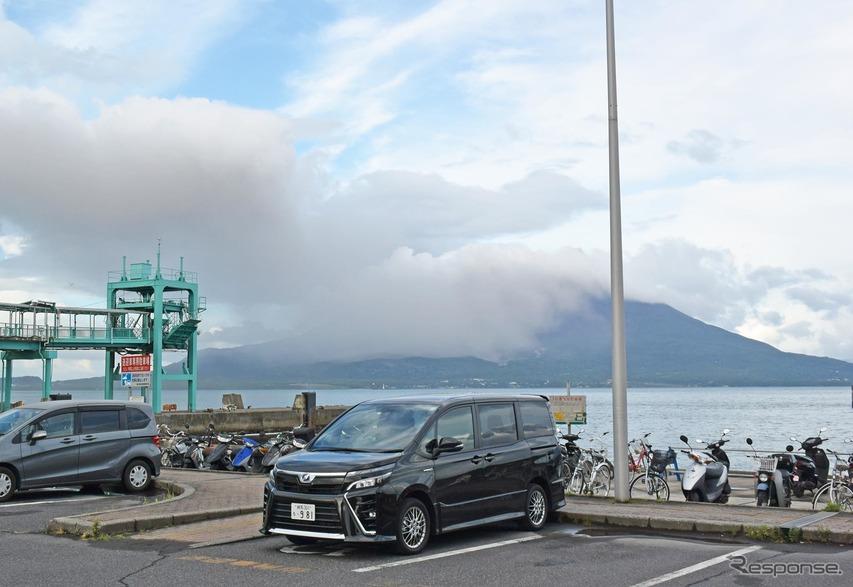 鹿児島・桜島をバックに。