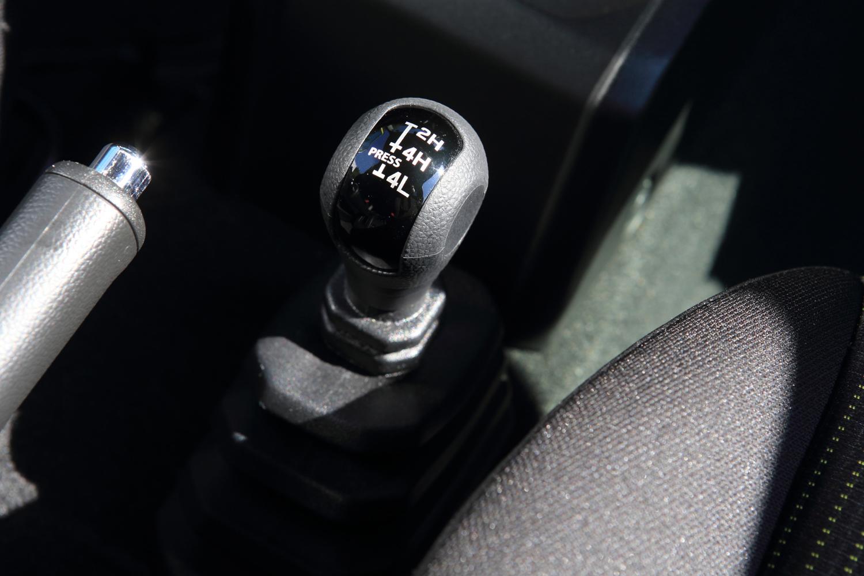 ヒルディセントコントロールやブレーキLSDなど、悪路を走るための充実した装備も新型「ジムニー/ジムニーシエラ」の特徴。トランスファーの操作はボタン式からレバー式に変更されている。