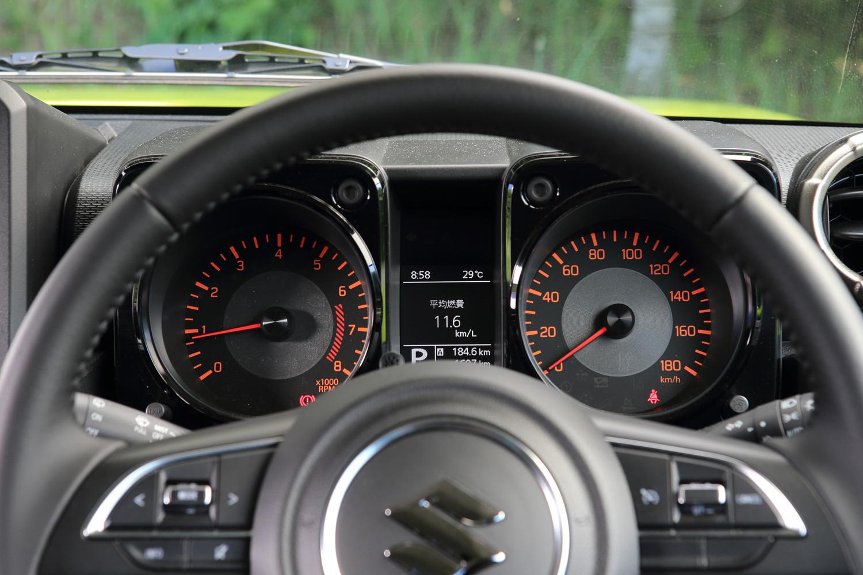 ヘアライン加工の装飾パネルが目を引くメーターまわり。速度計とエンジン回転計が左右に分離しており、その間にモノクロのインフォメーションディスプレイが装備される。