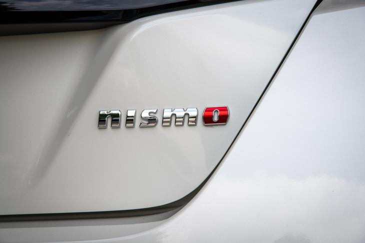 テールゲートに装着された「nismo」のバッジ。現在、NISMOのモデルにはチューニングの度合いに応じて「NISMO」と「NISMO S」の2つのグレードが用意されているが、両者の区分けに厳密なルールはない。なお「リーフ」には比較的ライトなチューニングとされる「NISMO」のみが設定される。
