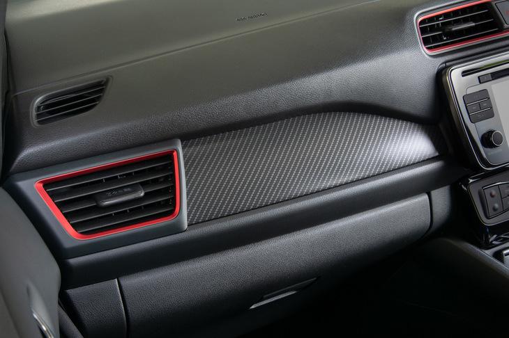 インテリアでは、ダッシュボードを飾るカーボン調のフィニッシャーも「リーフNISMO」の特徴となっている。