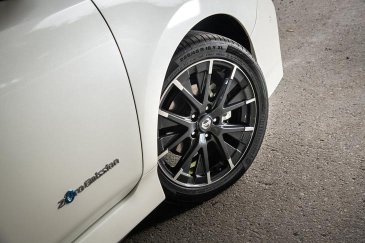 タイヤサイズは、標準車より幅も外径も大きい225/45R18。「コンチネンタル・コンチスポーツコンタクト5」が標準装着される。