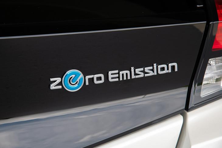 テールゲートを飾る「Zero Emission」のバッジ。8年前にデビューした初代「リーフ」は、EV専用設計のボディーを持つ世界初の量販EVだった。