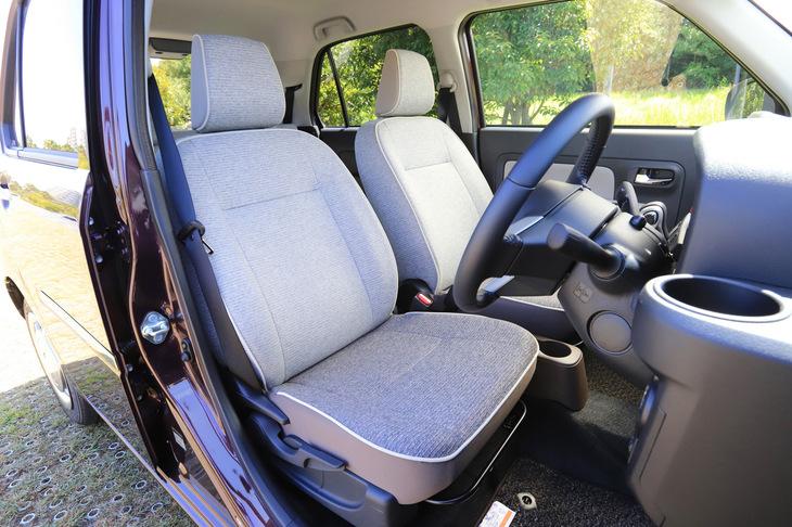 """最上級グレード「G""""SA III""""」のフロントシートには、パイピング加飾を施したコンビネーションカラーフルファブリックシートが備わる。"""