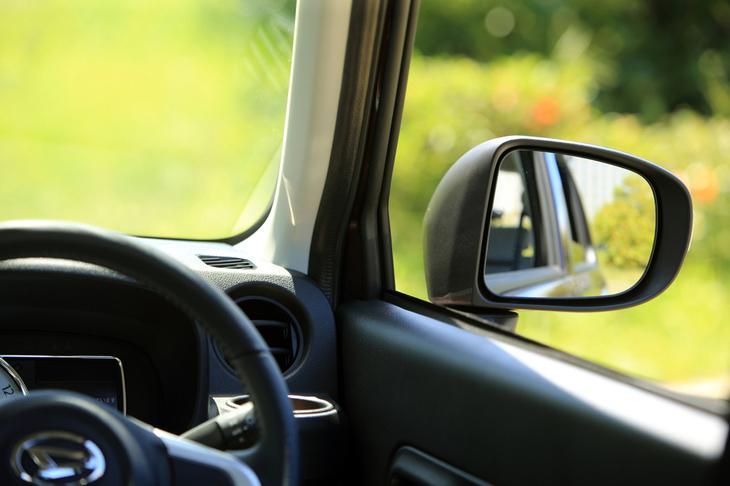 Aピラーの角度を立て、ドアミラーをドアパネルに取り付けたことにより、右斜め前方の視界を確保しやすくなっている。