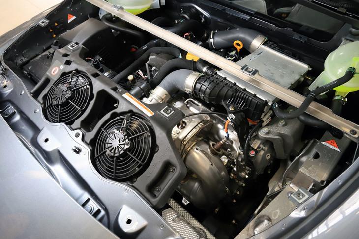 キャビン後方に横置きされるエンジンは、「ルノー・メガーヌR.S.」と基本を同じくする1.8リッター直4ターボに独自のチューニングを施したもの。