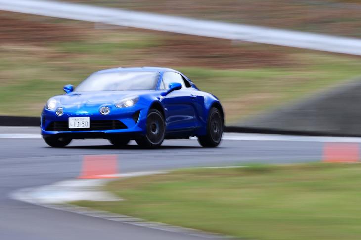 0-100km/hの加速タイムは4.5秒。最高速は電子制御リミッターにより250km/hに制限されている。